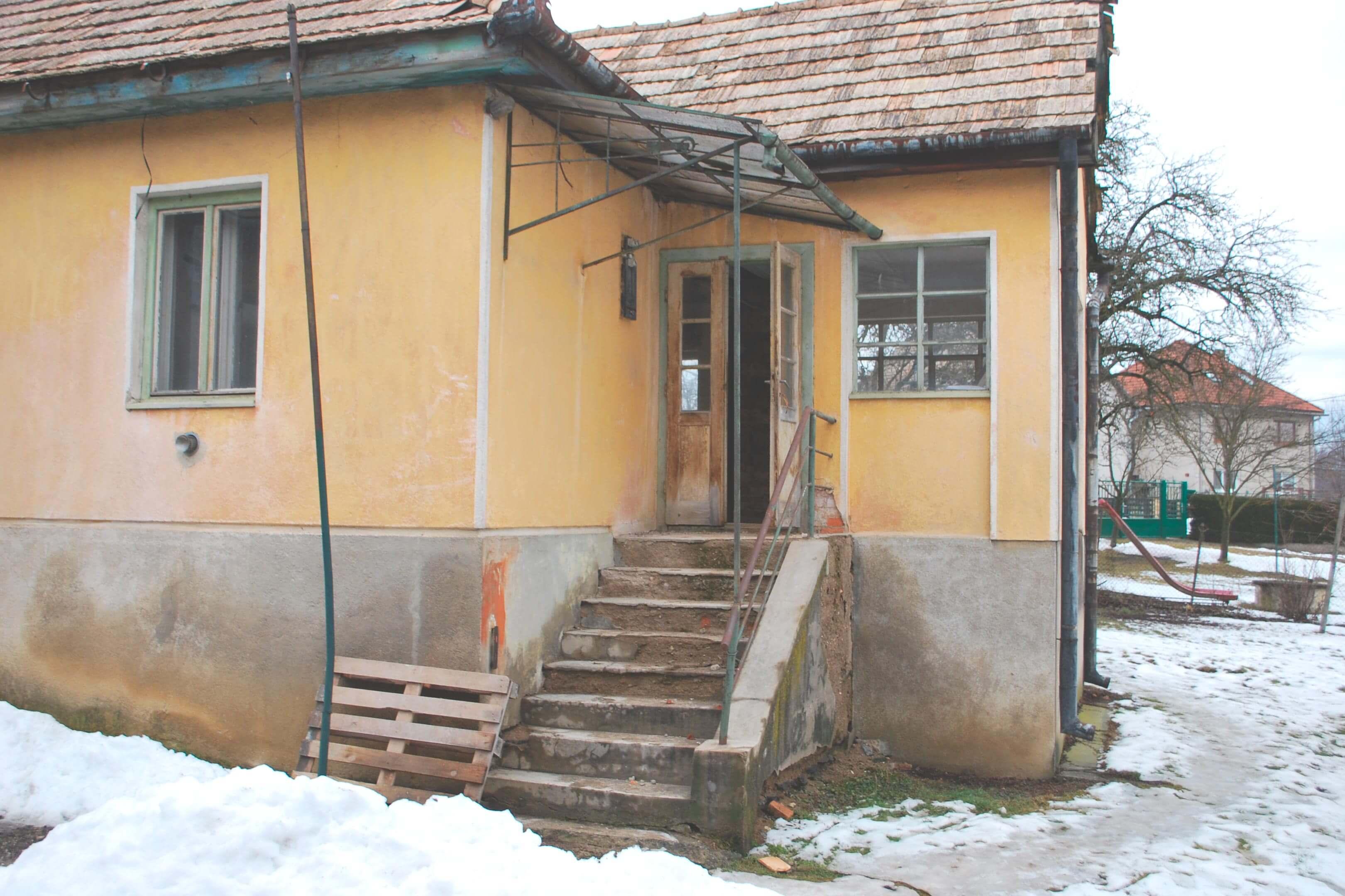 Rekonstrukce domu Veľká Ves — schody do domu