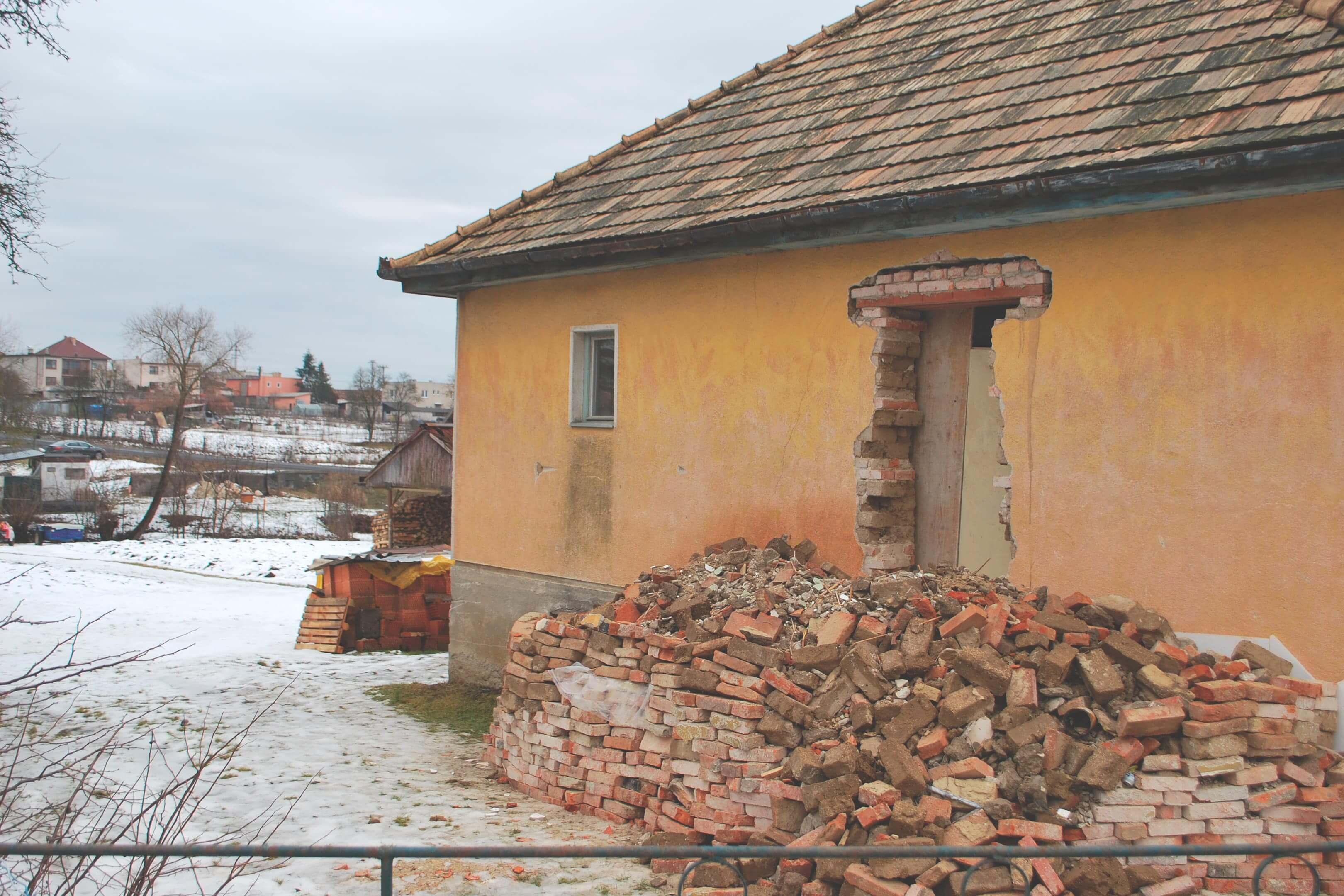 Rekonstrukce domu Veľká Ves — bourací práce — pálené cihly